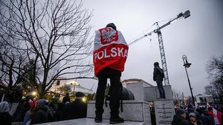 Demonstranti před polským Sejmem