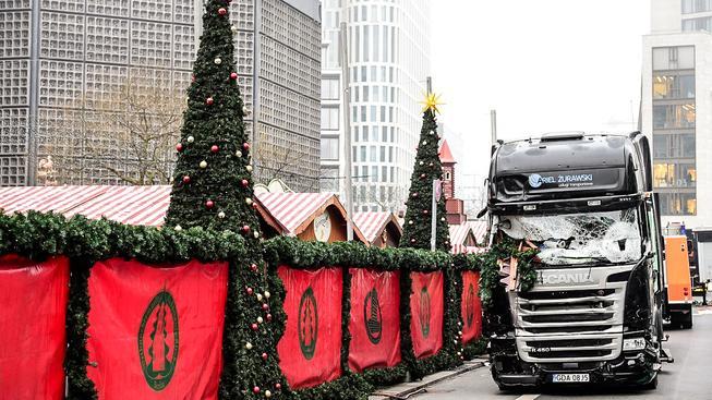 Na vánočním trhu v Berlíně, na který vjel kamion, zemřelo 12 lidí