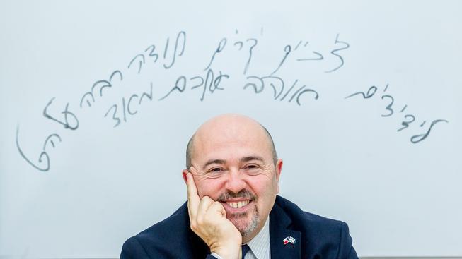 Končící izraelský velvyslanec Gary Koren. Nápis nad tabuli za ním v překladu znamená: Drazí přátelé z ČR, děkuji Vám za vše. Mám vás moc rád.