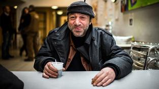 Francouzské obchody nabízejí bezdomovcům služby zdarma - kafe, jídlo, ale i třeba ostříhání nebo nabití telefonu. Ilustrační foto