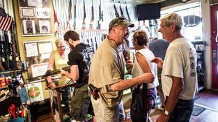 Obchod se zbraněmi v Minersville (Pensylvánie). Ilustrační snímek