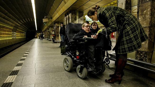 Místo internetu zadarmo by hendikepovaní lidé na vozíčku určitě uvítali bezbariérový přístup všude, kde je to jen trochu možné. Ilustrační snímek