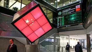 Kostka s čínskou vlajkou na londýnské burze