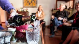 Francouzská rodina pije šampaňské. Ilustrační snímek