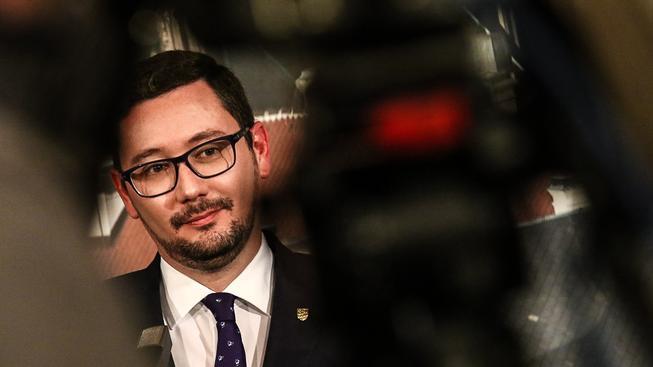 Osudu prezidentova mluvčího Jiřího Ovčáčka se týká několik sázek
