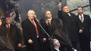 Vajíčka létala na prezidenta Miloše Zemana na Albertově 17. listopadu 2014