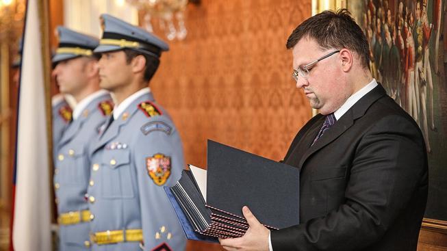 Hradní protokolář při jmenování ministrů v roce 2010