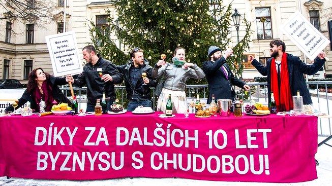 Happening před sídlem vlády na podporu zákona o sociálním bydlení