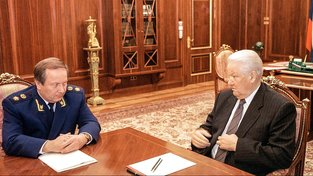 Na muže vpravo si jistě pamatujete, je to první ruský prezident Jelcin. Druhým mužem na snímku je prokurátor Skuratov