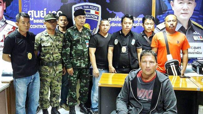 Zdeňka Pfeifera (vpředu vpravo) zatkla thajská policie na základě mezinárodního zatykače - vědomě šířil HIV