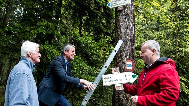 Ministři obrany a životního prostředí Stropnický a Brabec instalují turistické značky v Brdech, kde bylo loni k prvnímu lednu vyhlášeno CHKO. Úplně vlevo předseda Klubu českých turistů Karel Markvart