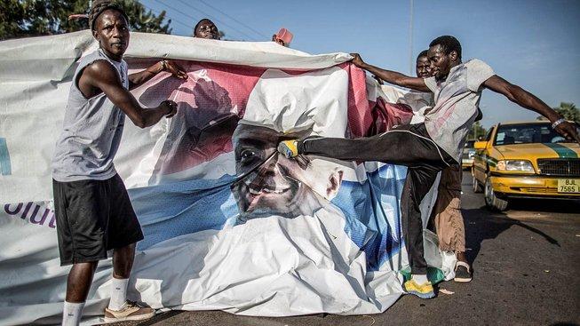 Odpůrci prezidenta Jammeha kopou do jeho portrétu