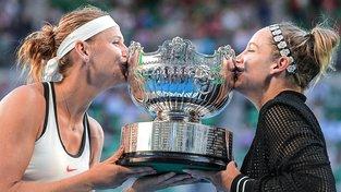 Lucie Šafářová slaví s Američankou Bethanií Mattekovou-Sandsovou čtvrtý grandslamový titul