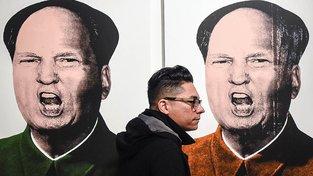 Série obrazů s názvem Mao Trump od Knowledgea Bennetta na výstavě v Los Angeles