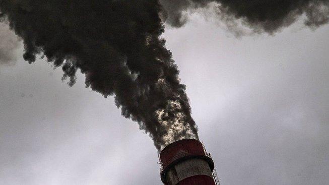 Kouřící komín mělnické elektrárny. Ilustrační snímek