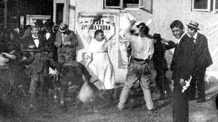 Záběr z Kříženeckého snímku Výstavní párkař a lepič plakátů (1898)
