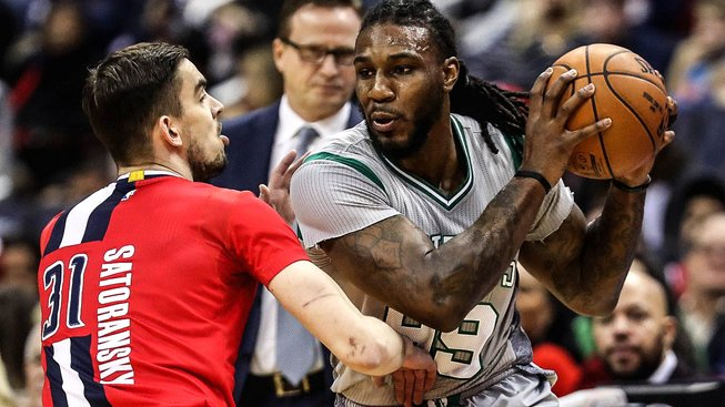 Satoranský v souboji s Jaem Crowderem z Boston Celtics