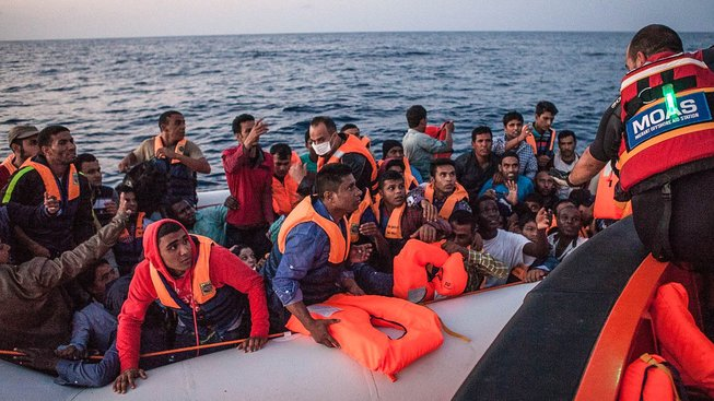 Záchrana uprchlíků v mezinárodních vodách mezi Libyí a Itálií