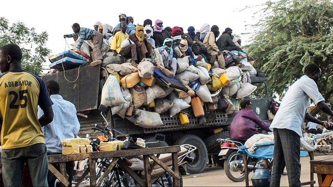 Migranti na náklaďáků odjíždějí z Agadezu