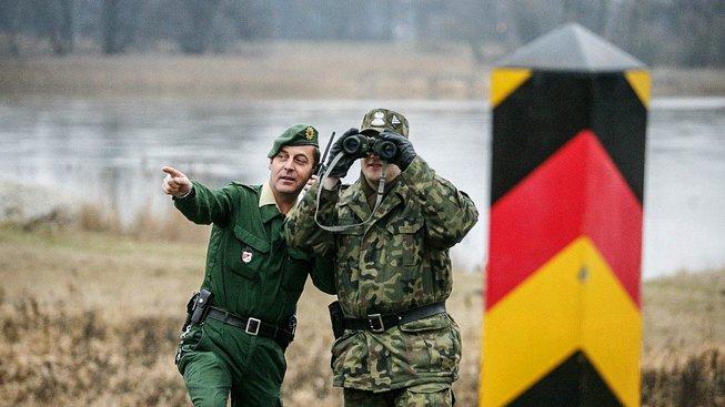 Německý a polský voják obhlížejí společné hranice