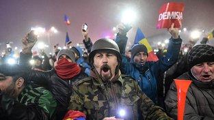 Velikost davu demonstrantů rumunské politiky překvapila