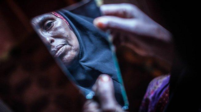 Tato Somálka obřezává dívky už mnoho let. Snímek pochází z roku 2014