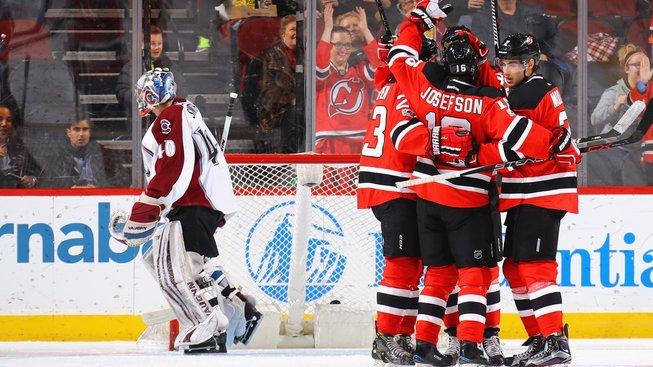 Hráči New Jersey Devils slaví gól Pavla Zacha
