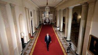 Donald Trump kráčející chodbou v Bílém domě