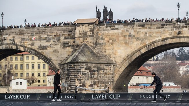 Tomáš Berdych a Roger Federer si zahráli tenis na lodi pod Karlovým mostem