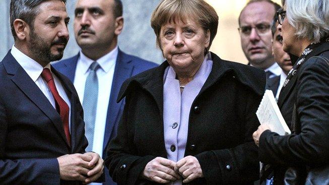 Merkelová během nedávné návštěvy Turecka v části tureckého parlamentu poničeného během pokusu o převrat