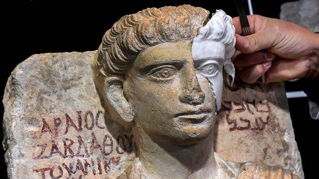 Restaurátoři opravují zničené památky kousek po kousku. Na snímku práce italských odborníků na bystě z Palmýry