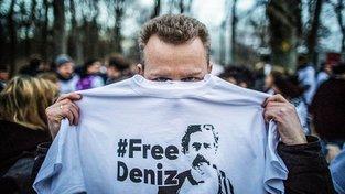 Demonstrace za propuštění Denize Yücela před tureckou ambasádou v Berlíně