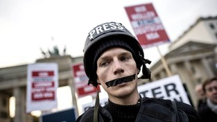 Lidé sice požadují svobodu tisku, v éře internetu ji ale zároveň vlastnoručně pohřbívají. Ilustrační snímek