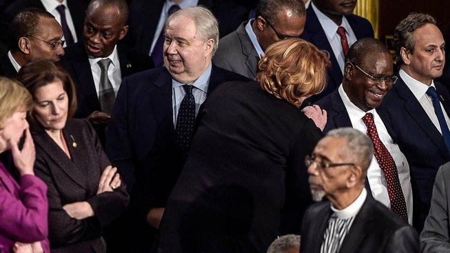 Kisljak (uprostřed) mezi kongresmany těsně před projevem Trumpa k oběma komorám Kongresu
