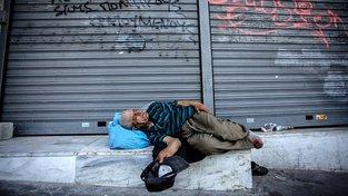 Stále více Řeků se propadů pod hranici chudoby. Musí spoléhat na jídelny pro bezdomovce, které vaří z toho, co kdo odevzdá do potravinové banky
