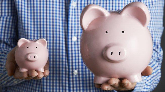 Lidé šetří halíře, ale nechávají si utíkat úspory v řádech tisíců