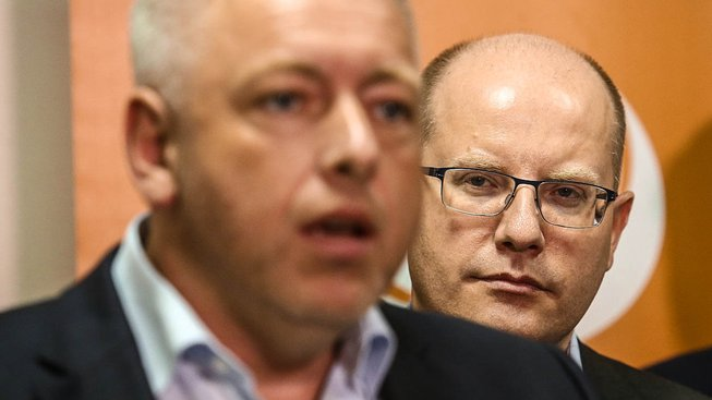 ČSSD má staronové vedení, oranžoví potvrdili mandát Sobotkovi i Chovancovi