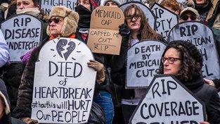 Američané protestující proti zrušení Affordable Care Act (ACA, Dostupná zdravotní péče), známého spíš jako Obamacare