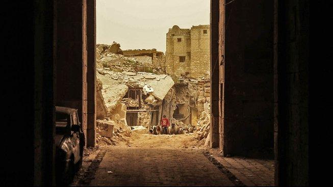 Malý pasáček ovcí ve staré části Aleppa, která byla ještě nedávno v rukou povstalců