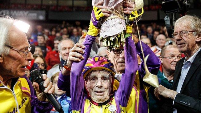 Robert Marchand si letos ve věku neskutečných 105 let připsal světový rekord. V hodinovce na dráze zajel 22,547 km. Narodil se přitom v listopadu