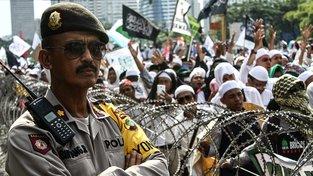 Tisíce muslimů demonstrovaly nedávno v Jakartě, aby vyjádřili podporu svému imámovi Habíbu Rizikovi vyšetřovanému policií