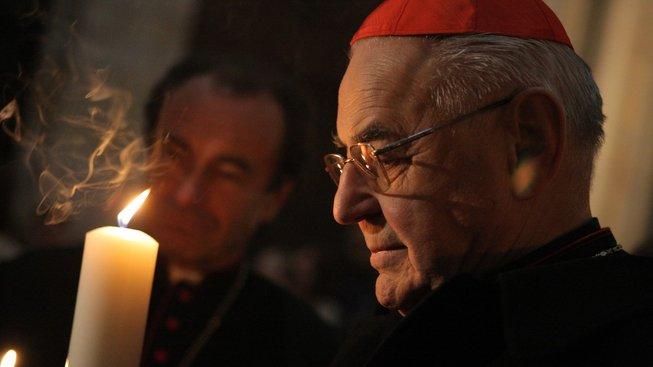 Kardinál Miloslav Vlk s takzvaným Betlémským světlem v roce 2009