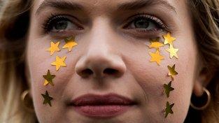 Na podporu migrantů ze zemí EU v Británii protestovala před britským parlamentem v únoru i tato žena
