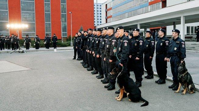 Česko vysílá policisty do Makedonie už poněkolikáté. Na snímku skupina při odjezdu loni v únoru