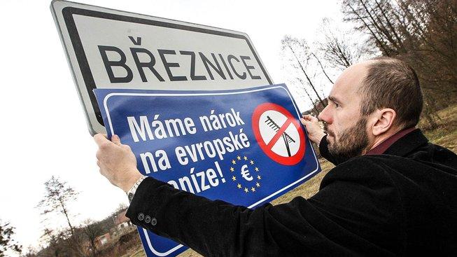 Josef Hutěčka, starosta Březnice, vylepuje protestní cedule za spravedlivější dotace od EU. Ilustrační snímek
