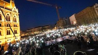 Proti kontroverzní novele omezující působení zahraničních škol v Maďarsku protestují tisíce studentů