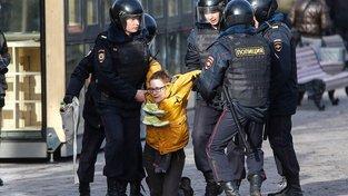"""Tentokrát to nebyl protest """"znuděných měšťáků a rozmazlených hipsterů"""" velkých měst na západě Ruska. Do ulic vyšly děti, které nemají, co ztratit"""