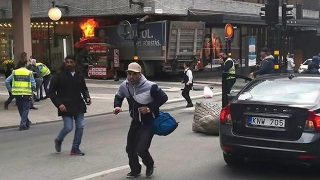 Ve Stockholmu najelo do lidí na třídě Drottninggatan nákladní auto