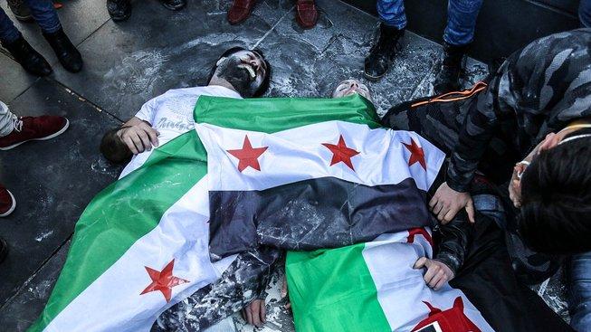 Na utrpení Syřanů, kteří se stali oběťmi chemického útoku, se takto snažili upozornit demonstranti ve Francii