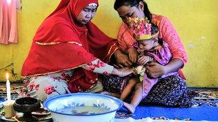 Rituál ženské obřízky v Indonésii